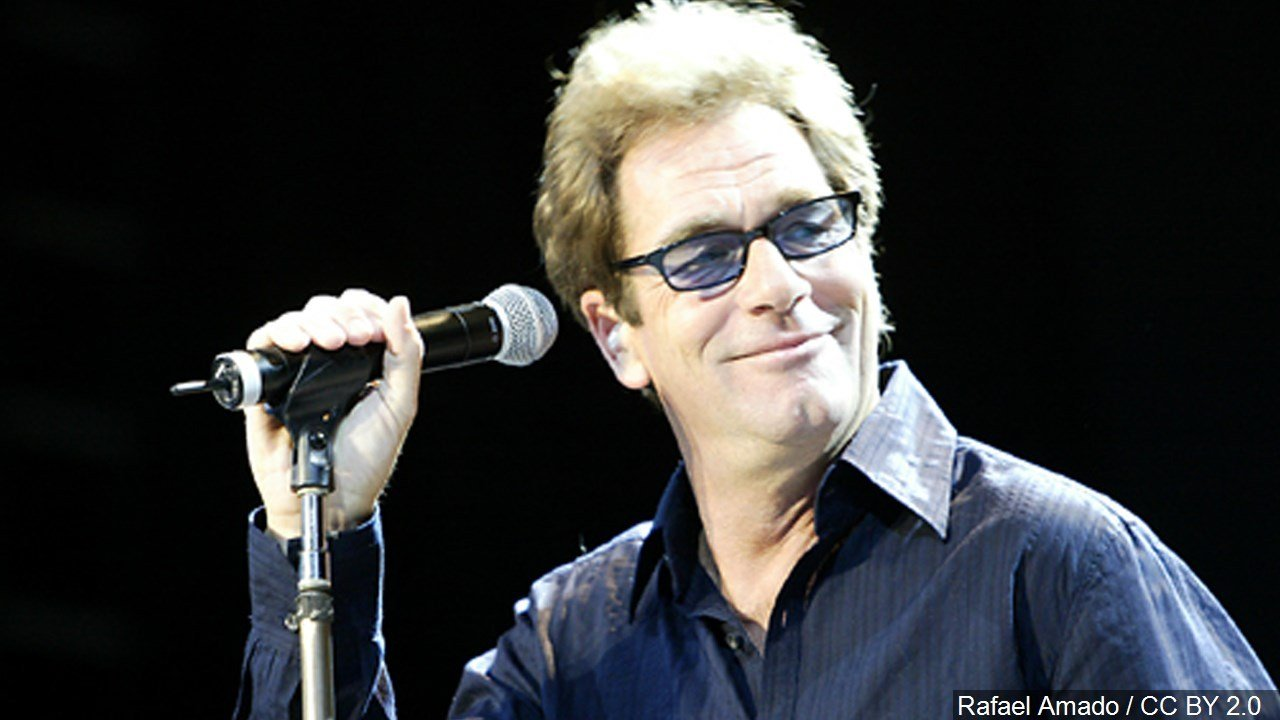 Huey Lewis cancels all performances due to hearing loss